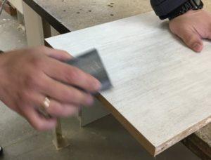 Обработка среза наждачной бумагой.