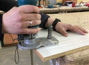 Снятие свесов 2 мм кромки ручным фрезером.